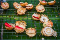 Mini Fried Mussels na massa, apronta-se para a venda imagem de stock