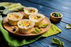 Mini frittatas avec du jambon, le pois, le fromage et le maïs photos stock