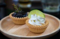 Mini frutos e gald?rias da torta de creme fotografia de stock