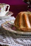 Mini funta tort - Migdałowy cytryna dżdża, Purpurowy tło zdjęcie royalty free