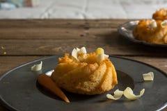 Mini gâteau à la carotte avec du chocolat blanc Photo stock