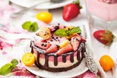 Mini gâteau au fromage délicieux décoré des baies et du chocolat Photo libre de droits