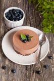 Mini-gâteau au fromage et biscuits et myrtilles de chocolat Images stock