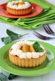 Mini gâteau avec de la crème et la pêche Photo libre de droits