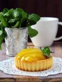 Mini gâteau avec de la crème et la pêche Photo stock