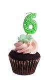 Mini gâteau avec la bougie d'anniversaire pour six ans Photos libres de droits
