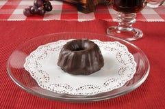 Mini gâteau de bundt avec le givrage de chocolat Photographie stock