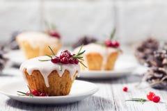 Mini gâteau de Noël avec le glaçage, les canneberges et le romarin de sucre Photographie stock libre de droits
