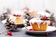 Mini gâteau de Noël avec le glaçage, les canneberges et le romarin de sucre Photo stock