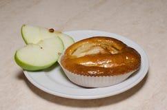 Mini gâteau fait maison avec la pomme caramélisée image libre de droits