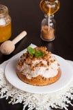 Mini gâteaux à la carotte avec de la crème du mascarpone et le miel sur le petit morceau Photographie stock libre de droits