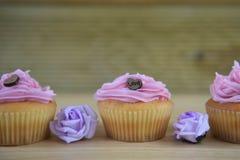 Mini gâteaux faits maison avec des décorations de coeur d'amour Images libres de droits