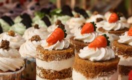 Mini gâteaux lumineux avec la fin crème de décoration  image libre de droits
