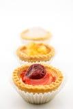 Mini galdéria com o doce de cereja isolado no fundo branco Foto de Stock