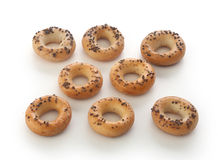 Mini galletitas crujientes de forma anular con la amapola fotografía de archivo