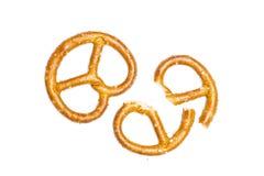 Mini gezouten die pretzels op wit worden geïsoleerd stock foto's