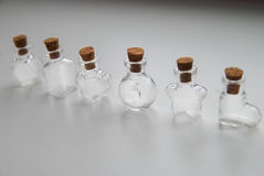 Mini Glass embotella diversas formas con el tapón del corcho en el fondo blanco Fotos de archivo libres de regalías