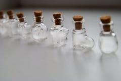 Mini Glass embotella diversas formas con el tapón del corcho en el fondo blanco Imagen de archivo libre de regalías