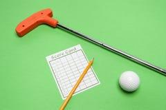 Mini Golf-club met scorekaart, bal en potlood stock afbeeldingen