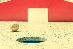 Mini golf, plan rapproché des portes rouges Photo stock