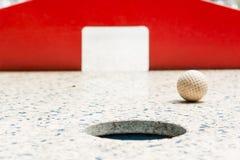 Mini golf, plan rapproché des portes rouges Images stock