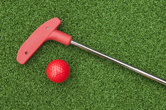 Mini Golf Putter y bola rojos Fotografía de archivo libre de regalías