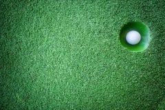 Mini golfowa scena z piłką i dziurą zdjęcia stock