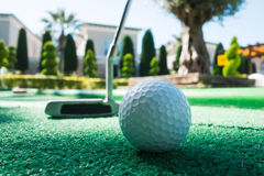 Mini golfowa scena z piłką i klubem zdjęcie royalty free