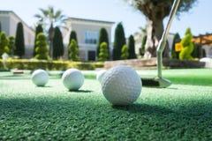 Mini golfowa scena z piłką i klubem obraz stock