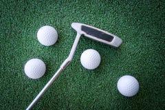 Mini- golfplats med bollen och klubban arkivbild
