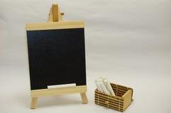 Mini hölzerne Tafel mit Kreide Stockbild