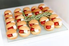 Mini- hamburgare, fingermat, mini- hamburgare, partimat, glidare Royaltyfri Fotografi
