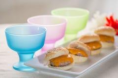 Mini- hamburgare med kulört exponeringsglas Royaltyfri Foto