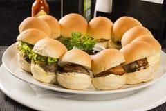 Mini- hamburgareportion med ost och sallad Royaltyfria Bilder