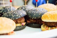 Mini hamburger come spuntino sulla tavola Fotografia Stock