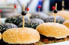 Mini hamburger come spuntino sulla tavola Immagine Stock Libera da Diritti