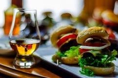 Mini hamburgers avec de la viande, les légumes, le fromage et d'autres écrimages, b image libre de droits