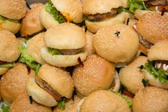 Mini hamburgers dans le coin de buffet Image libre de droits
