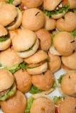Mini hamburgers dans le coin de buffet Photos stock