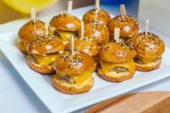Mini hamburgers de poulet du plat blanc avec les baguettes en bois image libre de droits