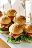 Mini hamburgers, mini hamburgers Image libre de droits