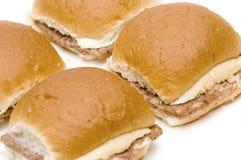 Mini hamburgerscheeseburgers met uien Royalty-vrije Stock Foto's