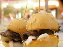 Mini hamburguesa servida foto de archivo