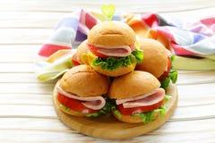 Mini hamburguesas con el jamón y las verduras Fotos de archivo