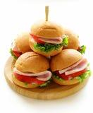 Mini hamburguesas con el jamón y las verduras Fotografía de archivo