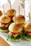 Mini hamburguesas, mini hamburguesas imagen de archivo libre de regalías