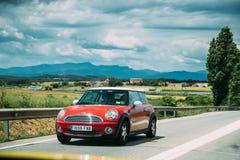 Mini Hatch Second Generation Driving vermelho na estrada da estrada fotos de stock