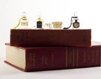 Mini het parfumflessen van Keulen op stapel uitstekende boeken Stock Fotografie
