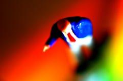 Mini hombre en el contexto colorido   Foto de archivo