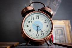 Mini horloge mignonne sur l'étagère Photos stock